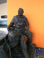 20171125 153205 kalymnos diver statue at airport